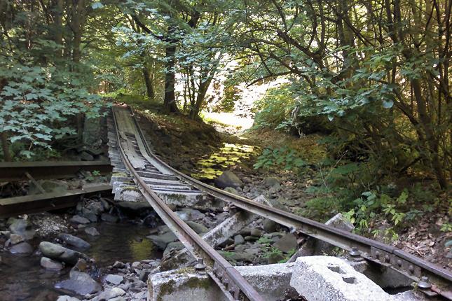 A sínek több helyen belecsúsztak a patakmederbe