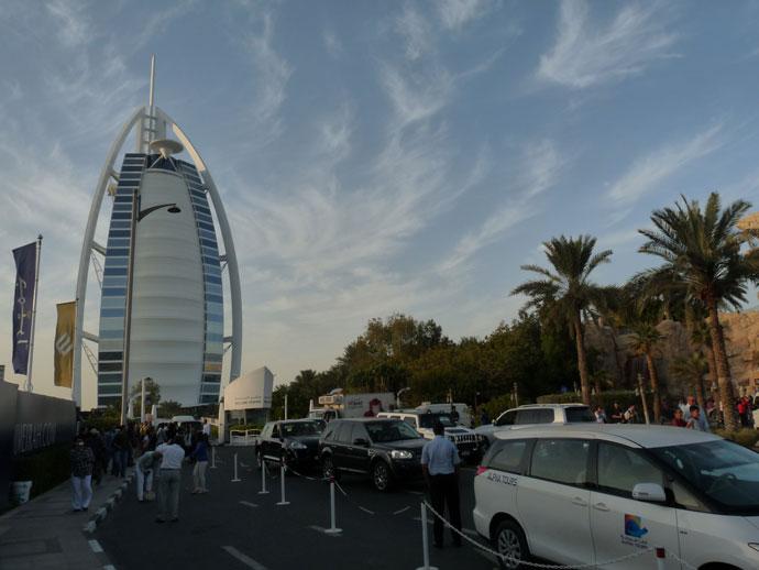 A turisták vágyakozva nézik a luxushotelt Dubajban a sorompó mögül