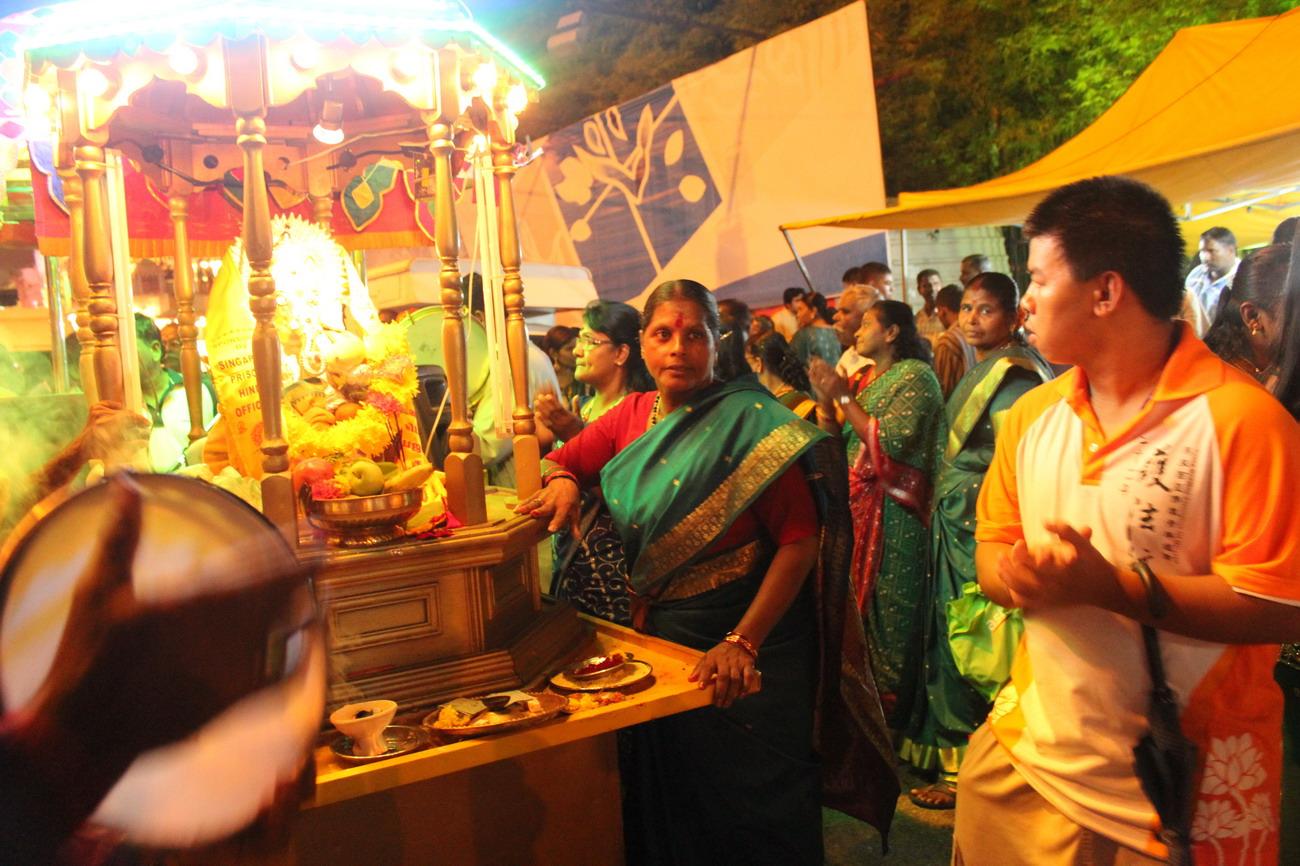 Egy hindu éjszakai felvonulásba is belecsöppentünk