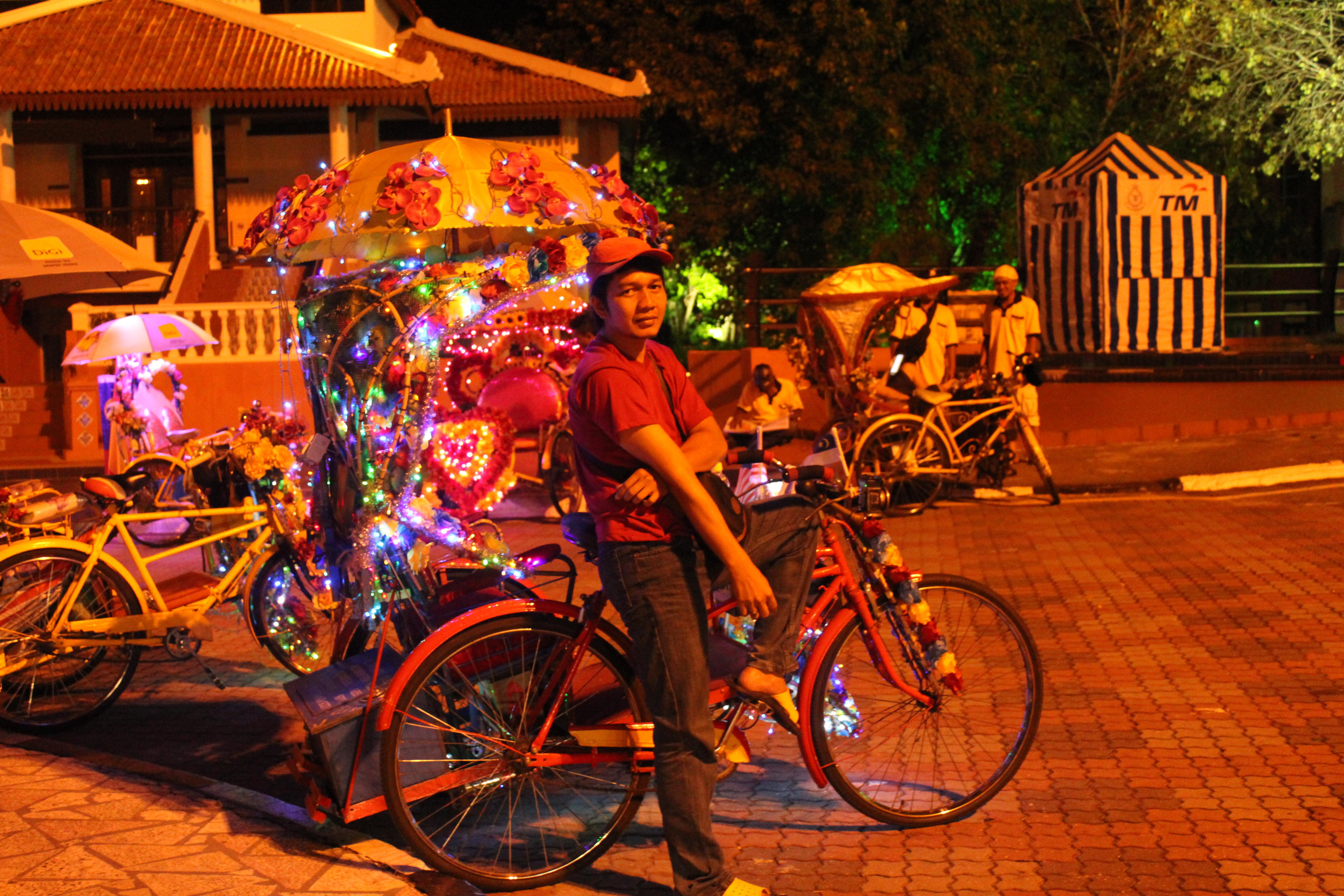 A tuktukokat úgy feldíszítik, mint a karácsonyfát