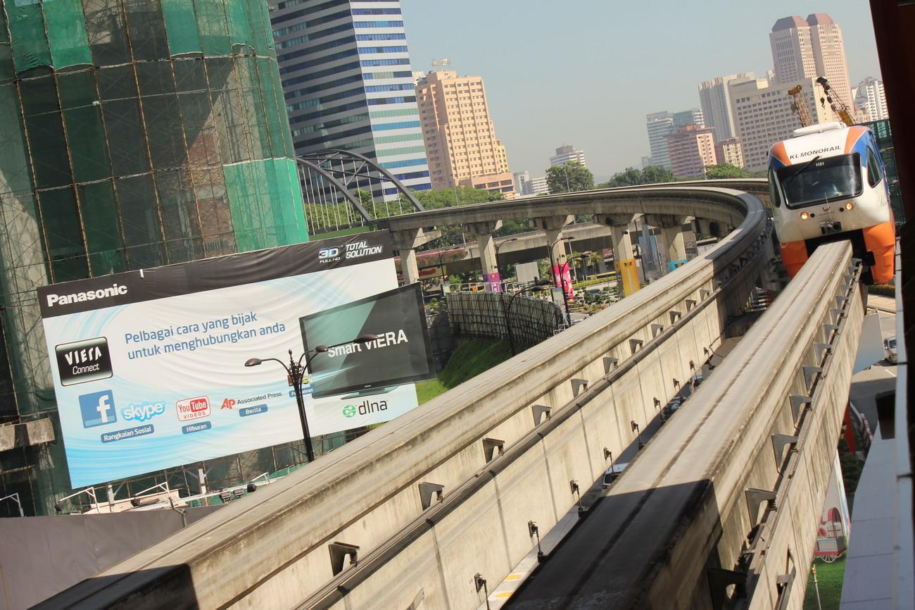 Az egysínű magasvasút városnézésre is kiváló