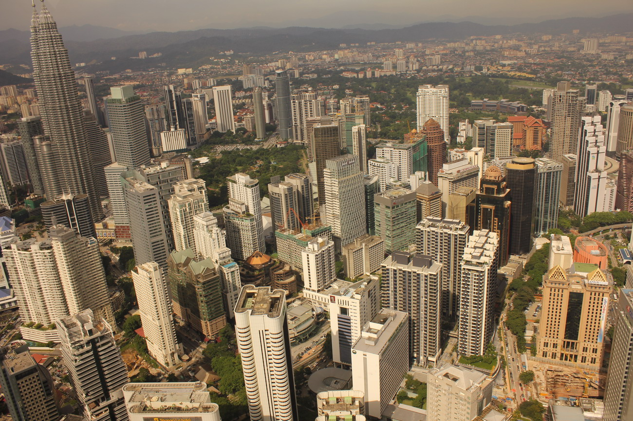 Kuala Lumpur madártávlatból, a kép bal szélén az ikertornyokkal