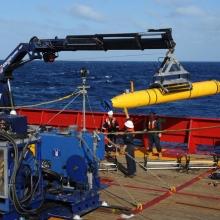 Tengeralatti drónnal keresik a maláj gépet